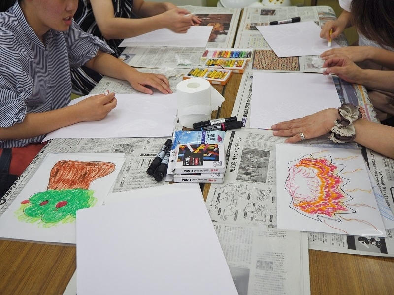 材料に触れる、行為を楽しむ『造形遊び』(児童教育学科プログラム)